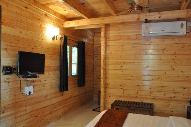 deluxe hut 1